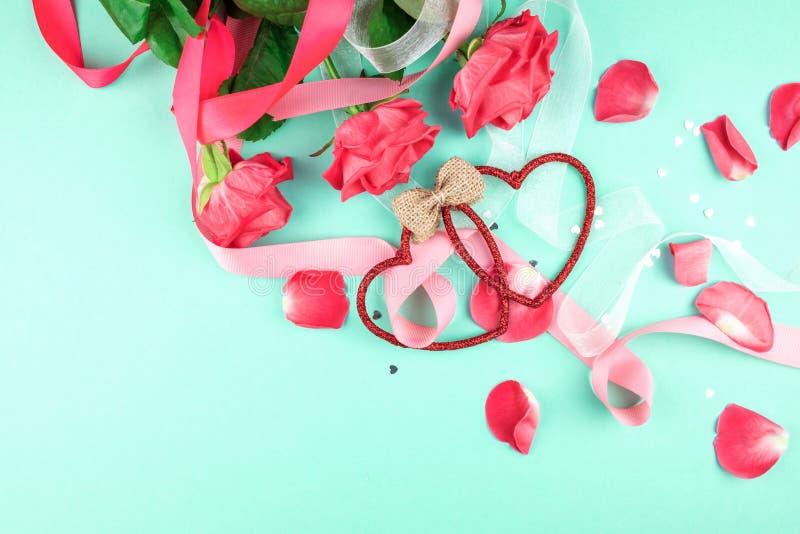 Drie rode rozen op een groene achtergrond royalty-vrije stock fotografie