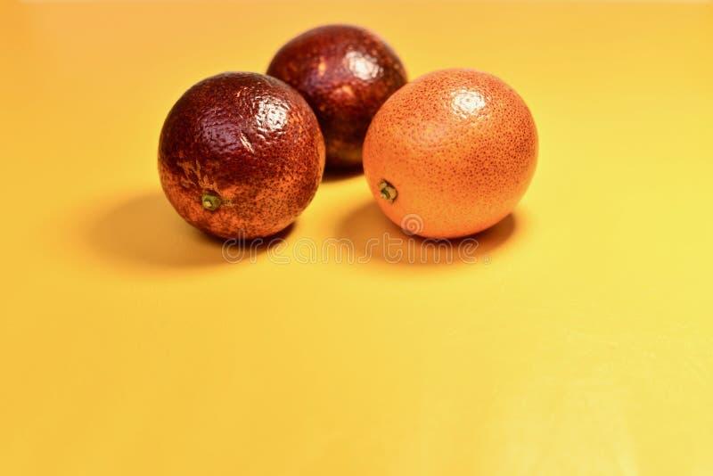 Drie rode sinaasappelen stock foto's