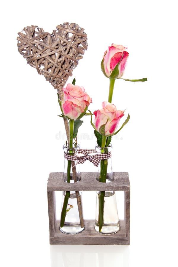 Drie roze rozen in glasvazen royalty-vrije stock fotografie