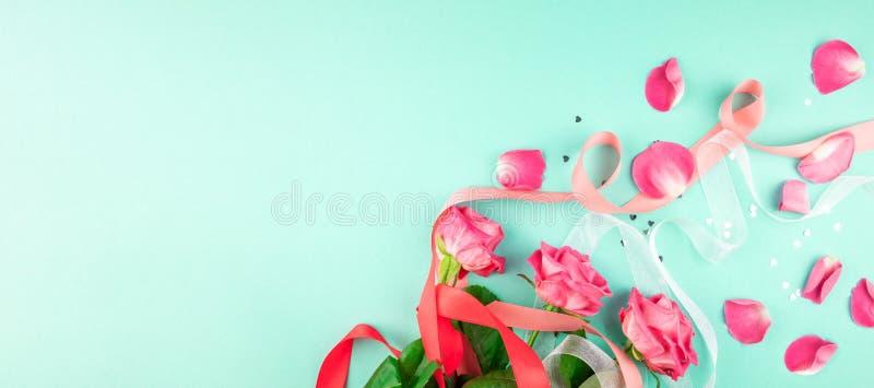 Drie rozen op een groene achtergrond royalty-vrije stock foto's