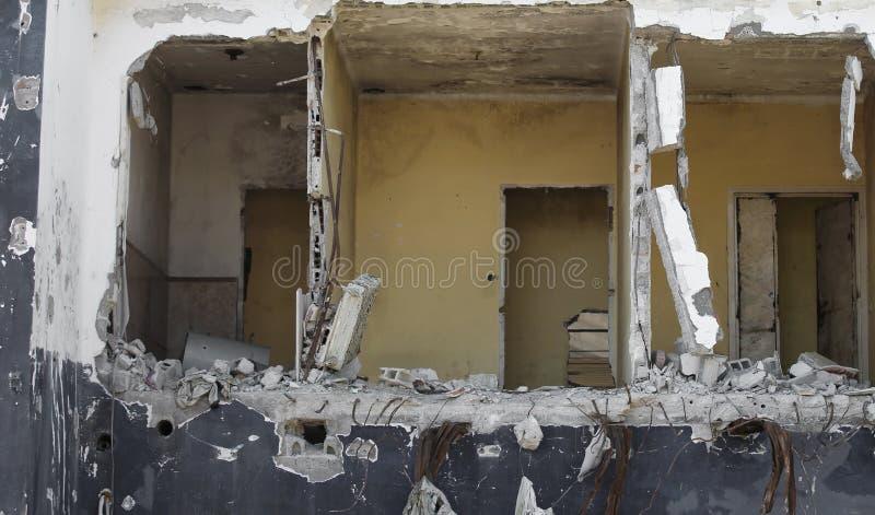 Drie ruimten van een volledig vernietigd huis met doen ineenstorten muren stock afbeeldingen