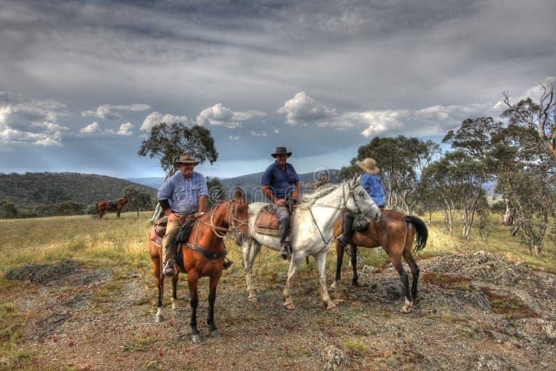 Drie ruitersruiter op een berg royalty-vrije stock afbeeldingen