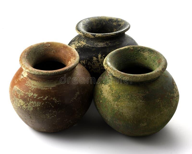 Drie ruwe potten van de kleiinstallatie royalty-vrije stock afbeeldingen
