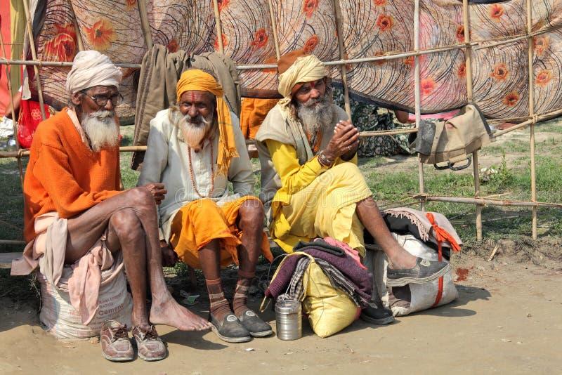 Drie sadhupelgrims bij het godsdienstige festival van Maha Kumbh Mela Hindu royalty-vrije stock fotografie