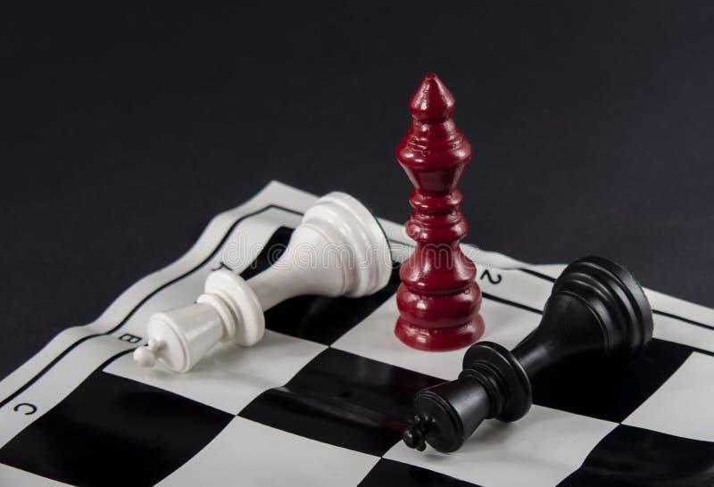 Drie schaakkoningen die zich voor elkaar, wit en bla bevinden royalty-vrije stock foto