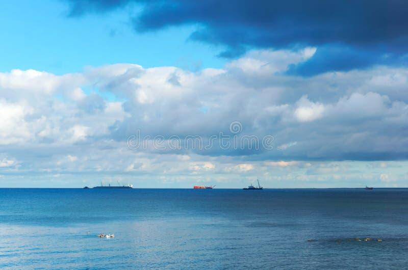 Drie schepen op de horizon royalty-vrije stock fotografie