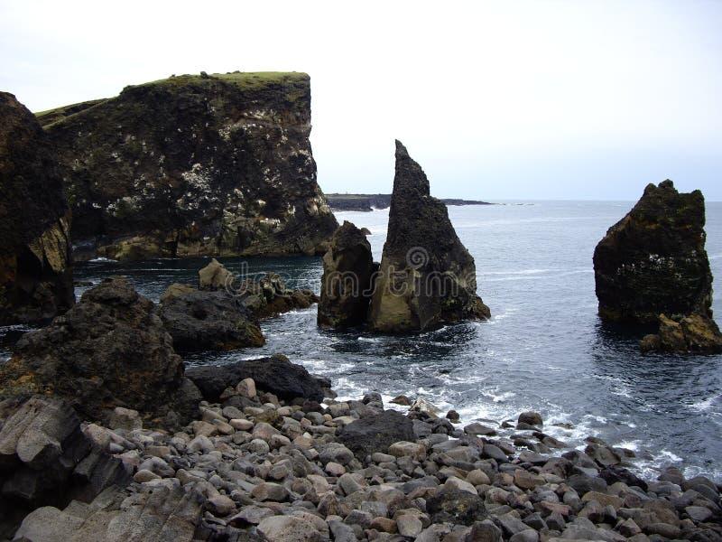Drie scherpe rotsen langs de kust, Reykjanes, IJsland stock afbeeldingen