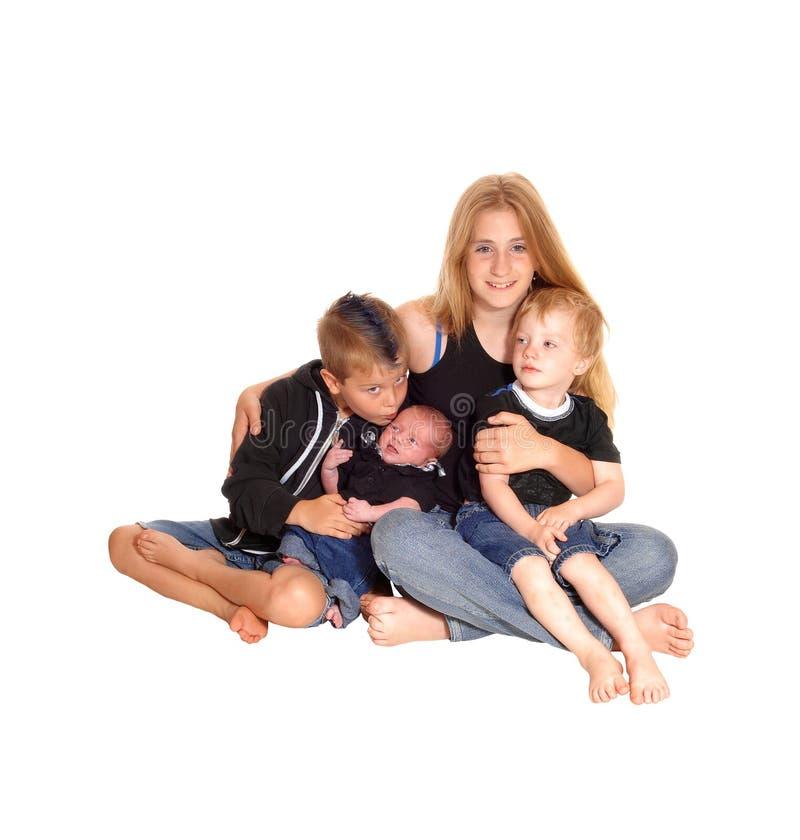 Drie siblings en een drie weken oude baby royalty-vrije stock foto