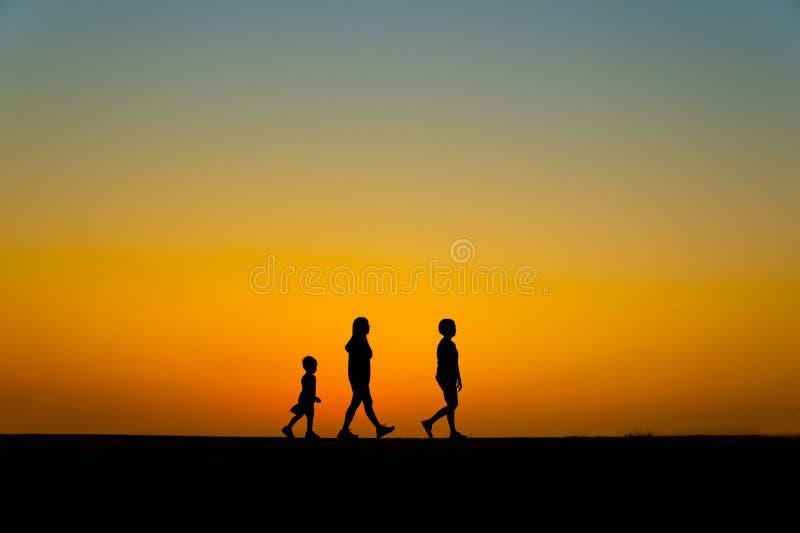 Drie silhouetmensen stock foto's