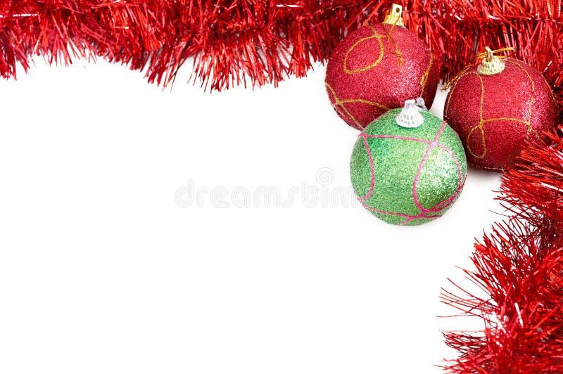 Drie snuisterijen van Kerstmis met rood klatergoud royalty-vrije stock foto