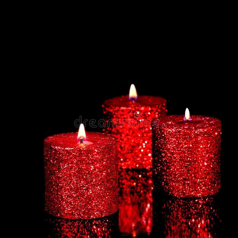 Drie spangled kaarsen in dark royalty-vrije stock afbeeldingen