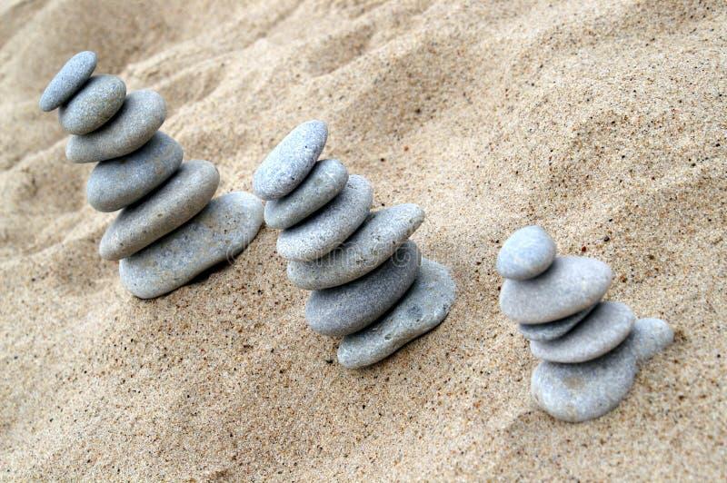 Drie stapels van evenwichtige stenen stock afbeeldingen