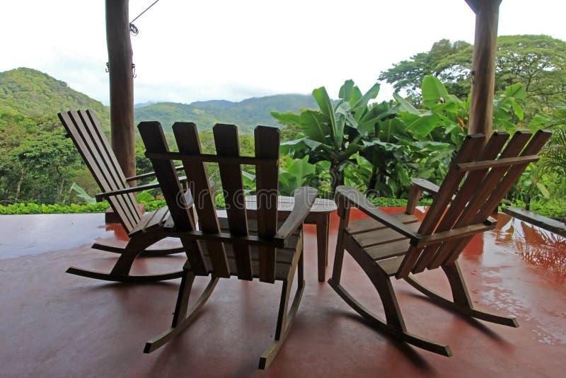 Drie stoelen op terras en aardige mening over de berg in Nicaragua royalty-vrije stock fotografie