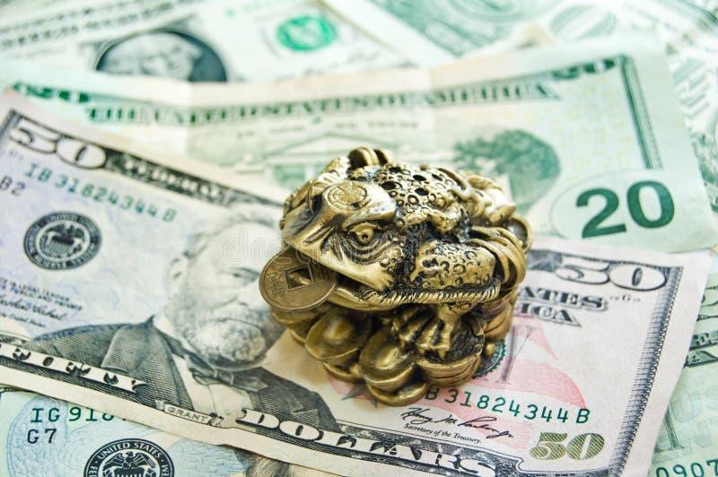 Drie-stootkussen kikker met een muntstuk royalty-vrije stock afbeeldingen