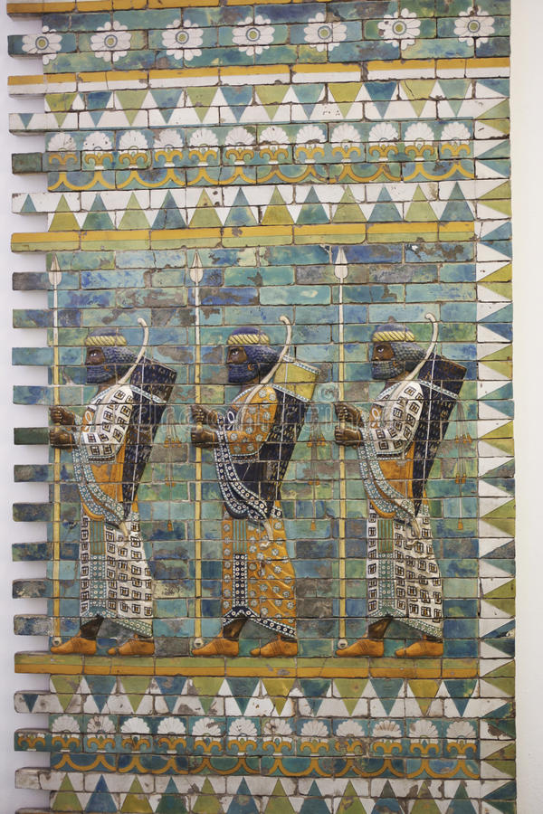 Drie strijders op oude muur van Babylon stock fotografie