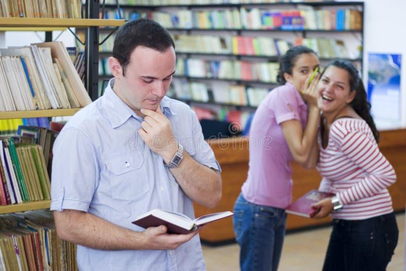 Drie studenten in bibliotheek royalty-vrije stock fotografie