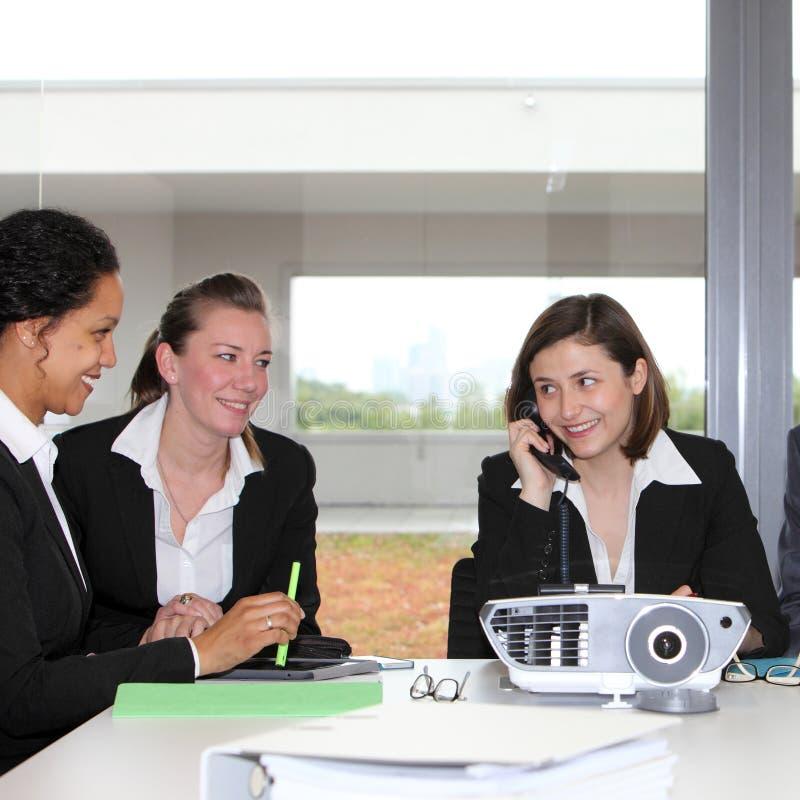 Drie succesvolle onderneemsters in een vergadering stock foto
