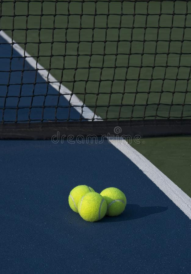 Drie Tennisballen die een Ochtendschaduw gieten royalty-vrije stock afbeeldingen