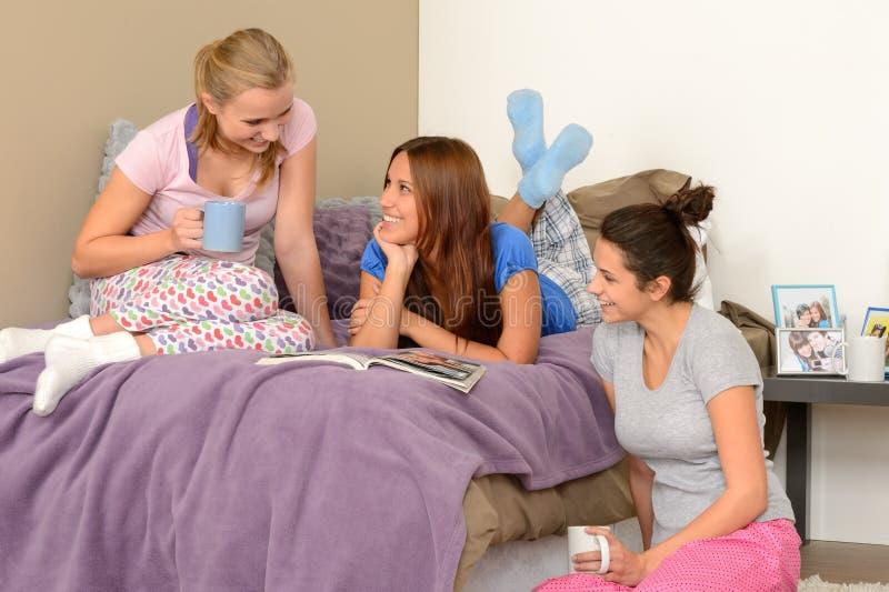 Drie tieners die bij pyjamapartij spreken royalty-vrije stock fotografie