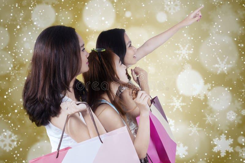 Drie tieners houdt het winkelen zakken stock afbeelding