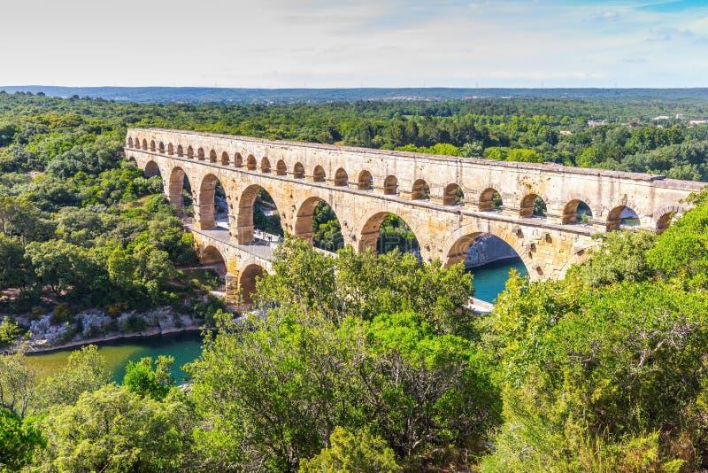 Drie-tiered aquaduct Pont du Gard en natuurreservaat stock fotografie