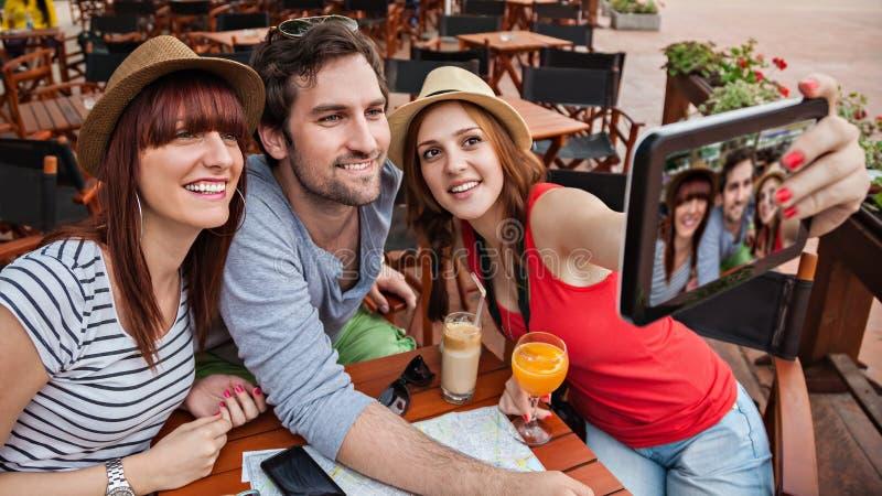 Drie Toeristen die Selfie nemen royalty-vrije stock foto