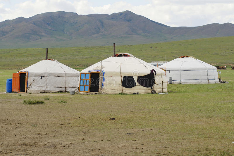 Drie traditionele Mongoolse yurts in steppe, circa Harhorin, Mongolië royalty-vrije stock afbeelding