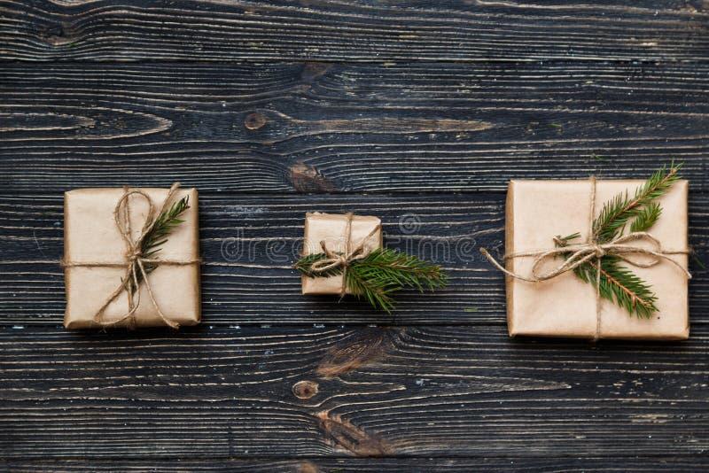 Drie Uitstekende giftdozen met nette takken op houten achtergrond stock afbeeldingen