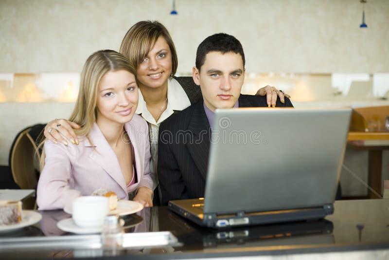Drie van BedrijfsMensen bij Laptop stock foto