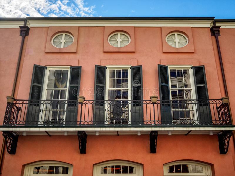 Drie Vensters en een Balkon in het Franse Kwart New Orleans stock fotografie
