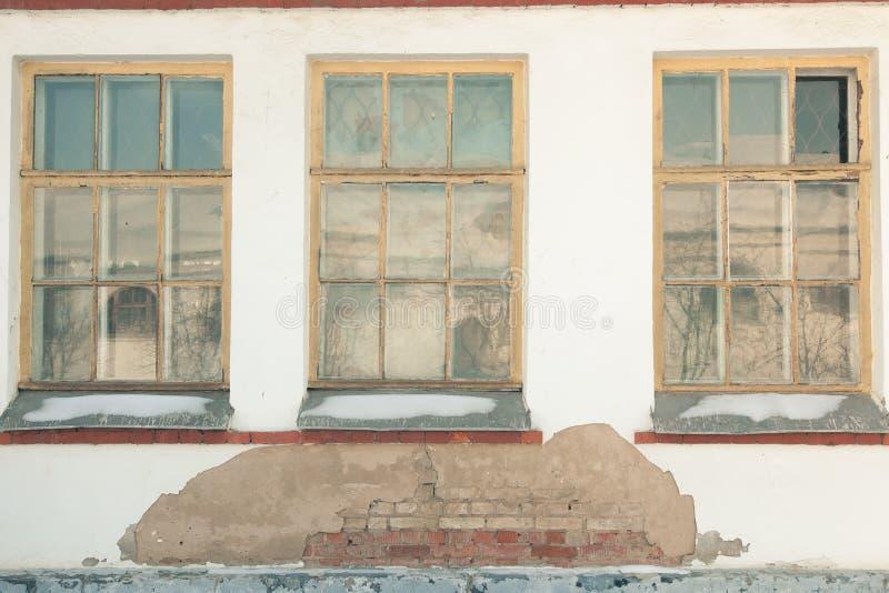 Drie vensters van oud huis stock afbeeldingen