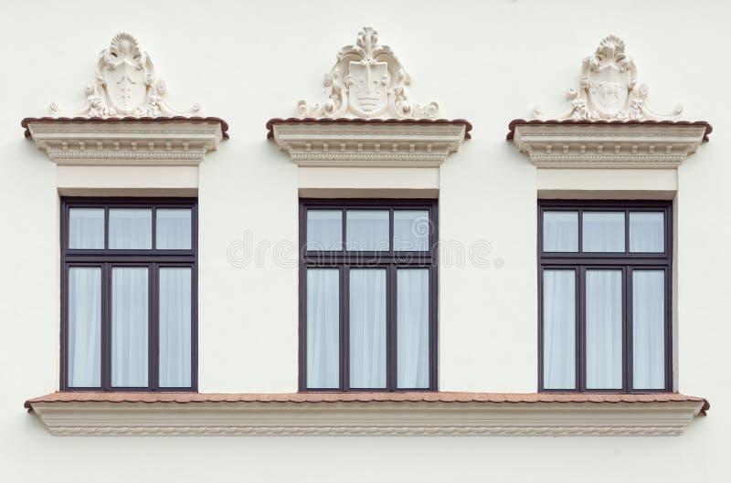 Drie verfraaide paleisvensters stock fotografie