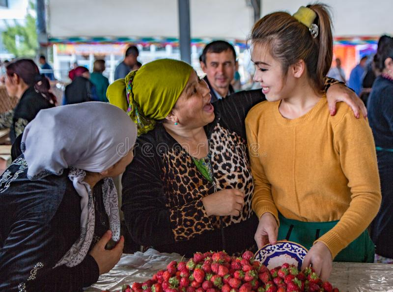Drie verkopersvrouwen die in Chorsu-Bazaar lachen royalty-vrije stock foto's