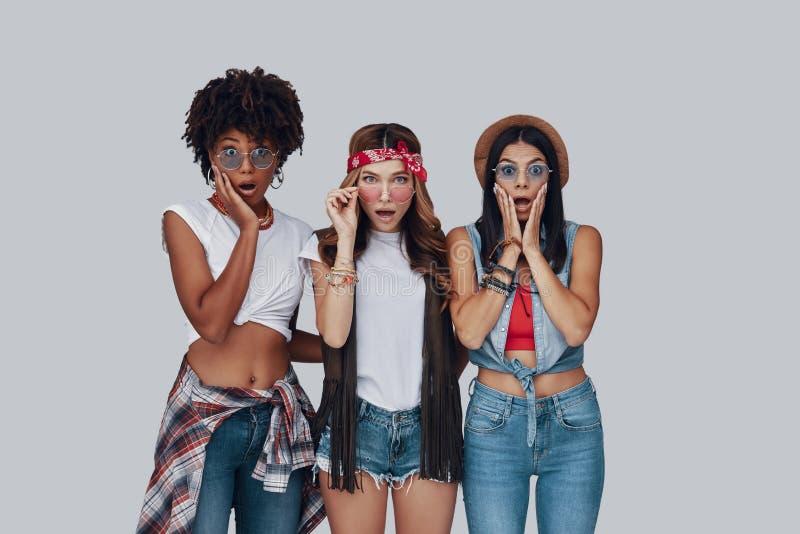 Drie verraste jonge vrouwen stock afbeelding
