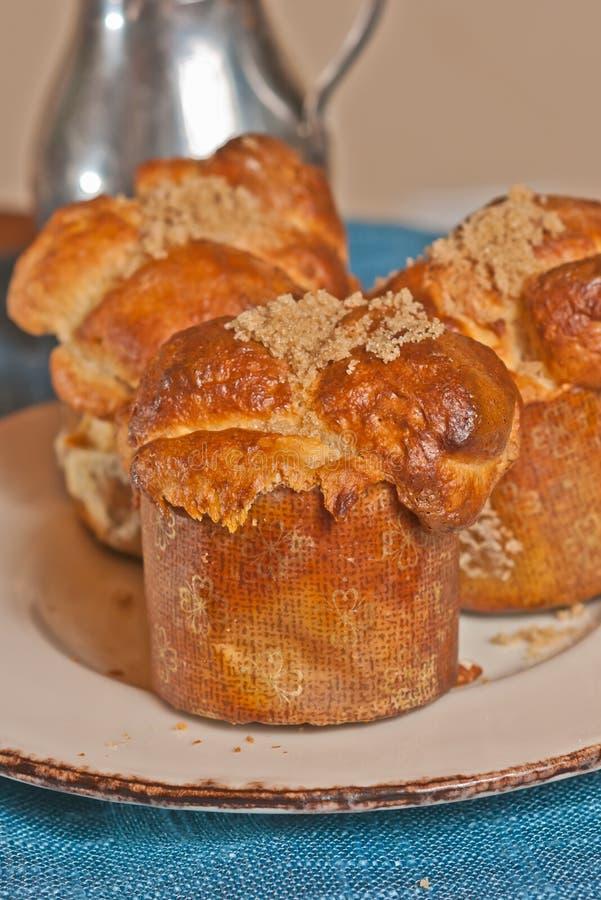 drie, vers gebakken, eigengemaakt, de aapbrood van de honingspecannoot in document vormen royalty-vrije stock foto