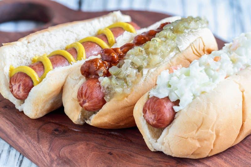 Drie Verscheidenheden van Hotdogs stock fotografie