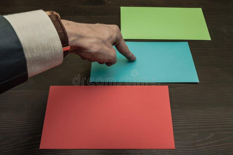 Drie verschillende gekleurde enveloppen Het ogenblik van keus royalty-vrije stock foto