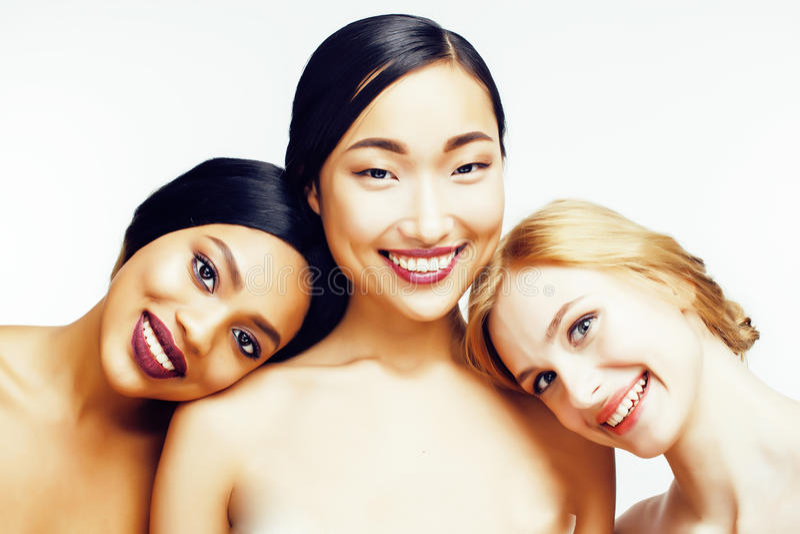 Drie verschillende natievrouw: Aziaat, Afrikaans-Amerikaan, Kaukasisch samen geïsoleerd bij het witte gelukkige glimlachen als ac royalty-vrije stock afbeeldingen