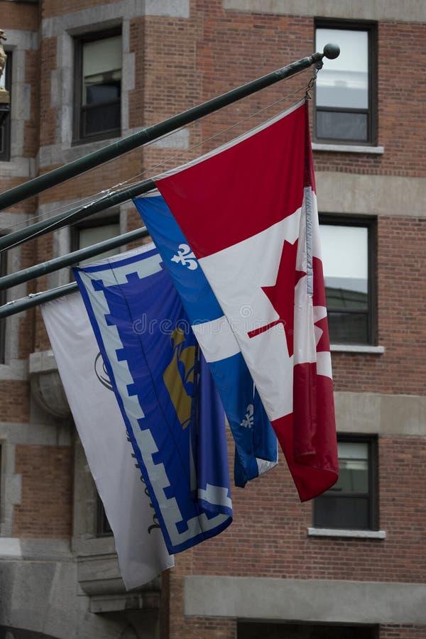 Drie verschillende types van Canadese Vlaggen in de Stad van Quebec royalty-vrije stock foto's