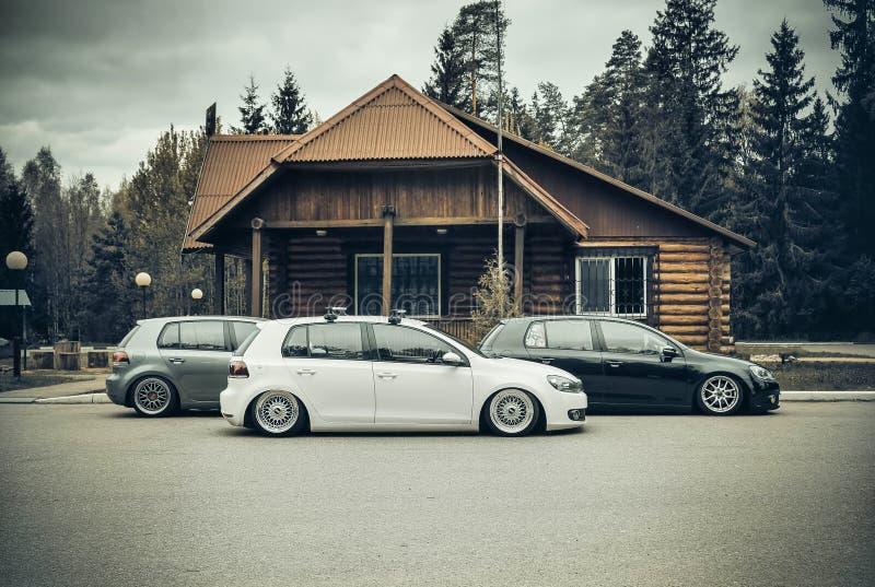Drie Volkswagen golf 6 houdingscultuur op lowride van de luchtopschorting royalty-vrije stock fotografie