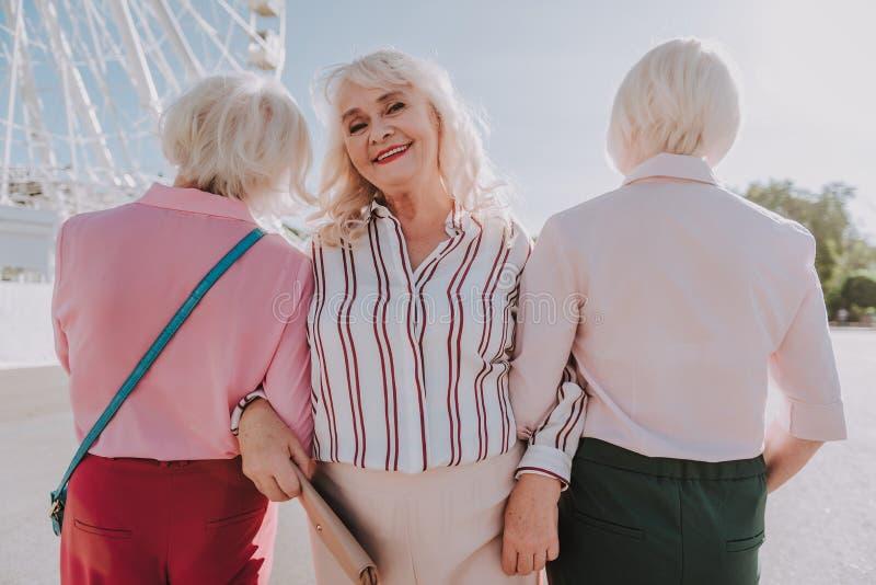 Drie volwassen vrouwen nemen foto in het park royalty-vrije stock afbeelding