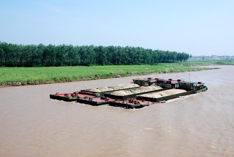 Drie vrachtschepen met zand bij Yangtze-rivier stock fotografie