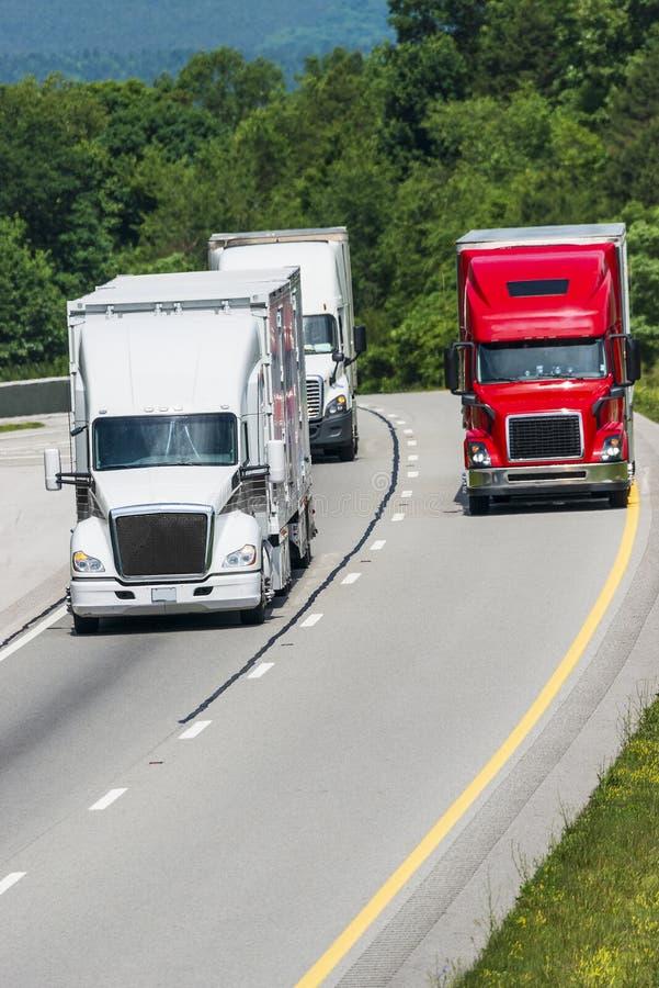 Drie Vrachtwagens op Tusen staten stock afbeeldingen