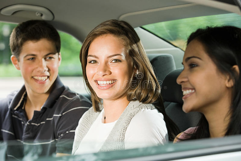 Drie vrienden in de rug van een auto stock foto's