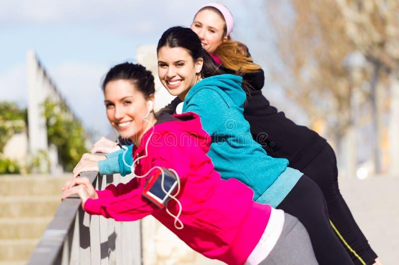 Drie vrienden die opdrukoefeningen doen stock foto's