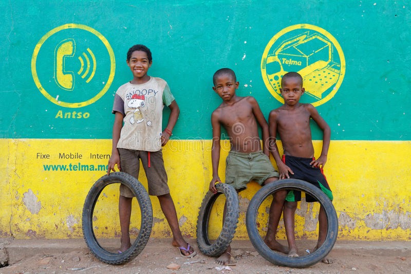 Drie vrienden in een dorp van Madagascar stock afbeelding