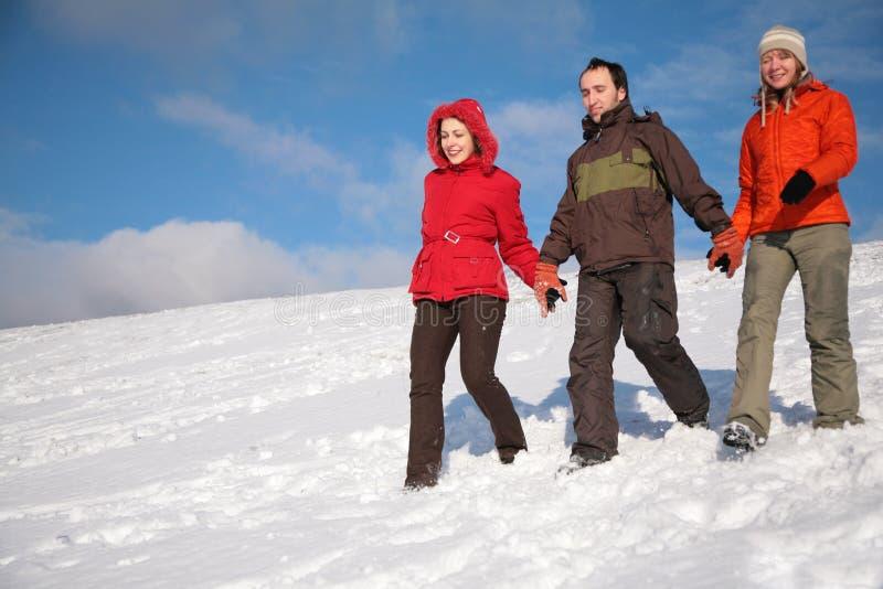 Drie vrienden lopen op sneeuw 2 royalty-vrije stock fotografie