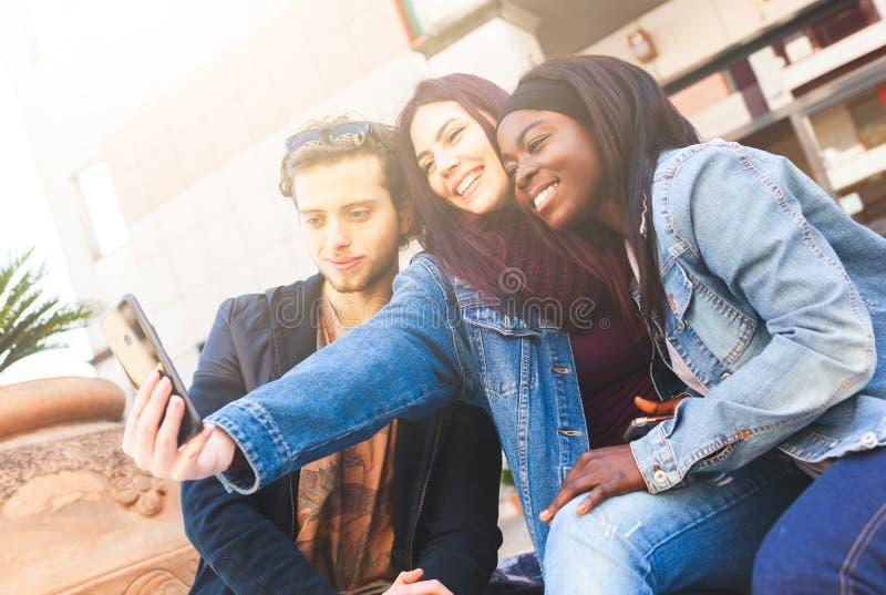 Drie vrienden nemen een selfie stock fotografie
