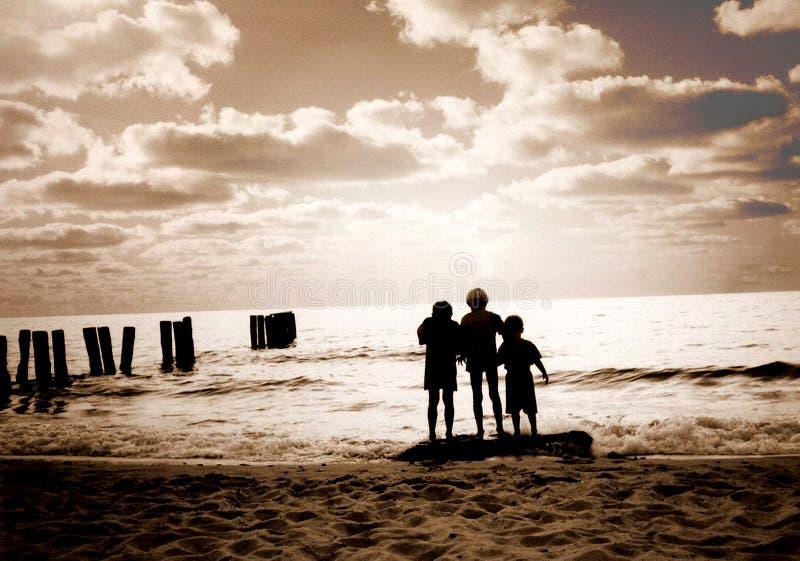 Drie vrienden op het strand royalty-vrije stock foto's