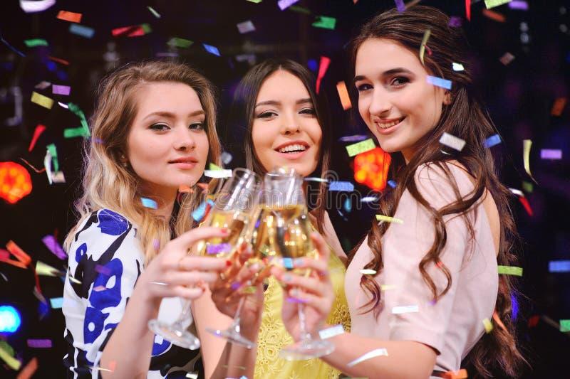 Drie vrij jonge meisjes met glazen champagne royalty-vrije stock fotografie
